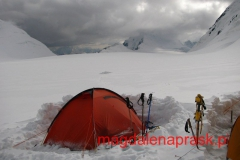 Obóz 2 na wysokości 5.800m npm pięknie usytuowany na Pamirskim Palto