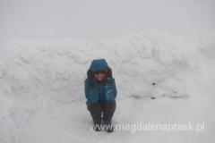 latem ta śnieżna ściana wygląda zupełnie inaczej - to wysoki kamienny murek służący do schronienia się przed wiatrem