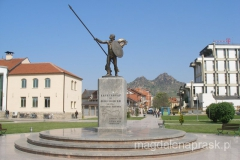 pomnik Aleksandra Wielkiego w centrum miasta - po prawej wzgórze z twierdzą Markovi Kuli