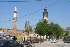 miranet i wieża zegarowa górują nad centrum Prilepu