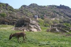 monastyr jest pięknie wkomponowany w skaliste wzgórze