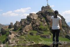 na szczycie ponad ruinami góruje krzyż
