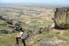 na szczyt wzgórza prowadzi bardzo malownicza trasa pośród porozrzucanych głazów