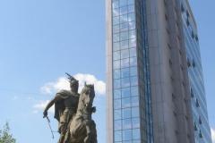 pomnik Skanderbega, a obok siedziba premiera i rządu, a także parlament Republiki Kosowa