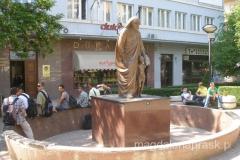 pomnik Matki Teresy na głównym deptaku miasta