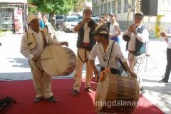 zespół folklorystyczny skupił na głónym deptaku uwagę wielu przechodniów