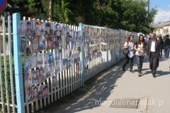 wielu zabitych - a ich zdjęcia powieszone są na płocie okalającym siedzibę rządu / parlamentu / premiera Kosowa