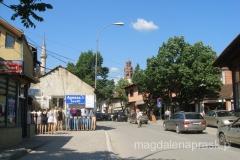 ulice Prisztiny - w tle miranet meczetu Mehmeda Zdobywcy