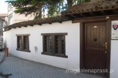 Akademia Nauk i Sztuk - znajduje się w jednym z nielicznych tradycyjnych budynków charakterystycznych dla miejskiej zabudowy Kosowa w XIXw.