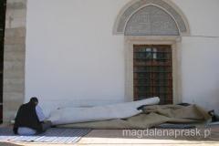 wierny modlący się przed meczetem