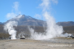 tłem dla dymiących gejzerów są góry i przezroczyste powietrze