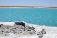 solanka - turkusowe jeziorko otoczone białymi wykwitami soli