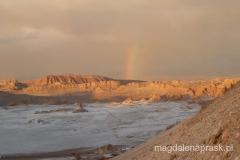 w ciepłych barwach zachodzącego słońca wspaniale eksponują się wyniosłe wulkany oraz pozostałe góry pustyni