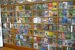 Ogromne wrażenie robi również cała ściana, która prezentuje 32 książki Arkadego Fiedlera, wydane w 23 językach na całym świecie.