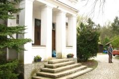 przed swoim domem stoi p. Marek Fiedler - syn słynnego podróżnika