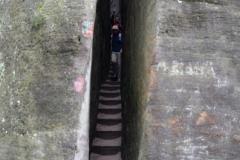 Mysia Dziura - przejcie przez wąską szczelinę pomiędzy dwoma wielkimi blokami skalnymi