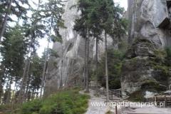 Mysia Dziura widziana z pewnej odległości - to ta długa wąska szczelina między skałami...