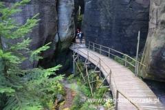 szlak prowadzi pomiędzy potężnymi skałami; często ścieżka poprowadzona jest na drewnianych pomostach