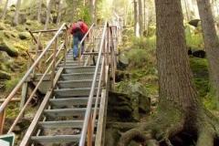 metalowe schody prowadzące do ruin Zamku Strmen