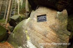 Skalna Brama (Skalni brana) jest ozdobiona tablicą upamiętniającą pobyt Johanna Wolfganga Goethego w dniu 30 sierpnia 1790 roku