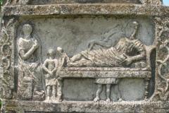 piękna płaskorzeźba na jednym z pomników grobowych