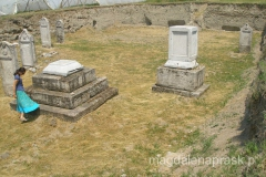 ekspozycja nagrobków - pozostawiono je w miejscu odnalezienia czyli dobre dwa metry poniżej poziomu ziemi