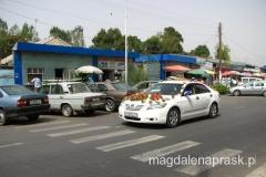 limuzyna ślubna z gustownymi obrączkami na dachu