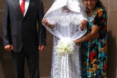 Panna Młoda w pięknej sukni z tradycyjnymi elementami