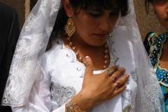 nawet pozując do zdjęć Panna Młoda ma pochyloną głowę - ale z dumą prezentuje biżuterię ślubną