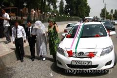 Para Młoda i świadkowie wysiadają z auta i zmierzają pod pomnik