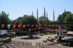 w parku w dzielnicy Sultanahmet - na pierwszym planie pozostałości Hipodromu, w tle miranety Błękitnego Meczetu