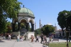 Niemiecka Fontanna (Alman Çeşmesi) została wzniesiona w celu upamiętnienia drugiej rocznicy odwiedzin niemieckiego cesarza Wilhelma II w Istanbule w 1898 roku. Zbudowana w Niemczech, została przewieziona w częściach i złożona na Hipodromie. Wnętrze jej kopuły pokryte jest złotymi mozaikami.
