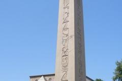 Obelisk Totmesa III (III. Tutmosis Dikilitaşı) został do Konstantynopola przywieziony w 390 roku naszej ery przez Teodozjusza Wielkiego prosto z Egiptu. Pochodzi ze Świątyni w Karnaku z 1490r. pne, a w celach transportowych został rozcięty na trzy części, z których do dnia dzisiejszego zachowała się część szczytowa. Zadziwia świetnym stanem i wyrazistością wyrytych w niej hieroglifów