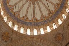 wnętrze Błękitnego Meczetu - swoją nazwę meczet zawdzięcza płytkom w niebieskiej tonacji wewnątrz budowli