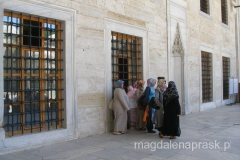 grupka kobiet pod Błękitnym Meczetem