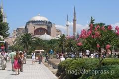 Hagia Sophia została ona ufundowana przez Justyniana I Wielkiego, w obecnym kształcie powstała w okresie od 23 lutego 532r. do 27 grudnia 537r.