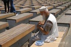 uliczny artysta - jego sztuką są dziergane czapeczki