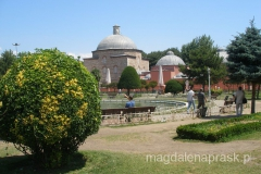 zadbane okolice dwóch najważniejszych budowli Stambułu: Błękitnego Meczetu i Hagiua Sophia, które usytuowane są na przeciw siebie