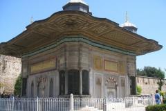fontanna Ahmat III Cesmesi z 1728r. reprezentuje tureckie rokoko i jest najpiękniejszą fontanną w Stambule
