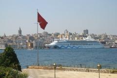 po wodach Bosforu nieustannie pływają większe i mniejsze statki