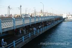 Most Galata ma dwa poziomy: na niższym królują restauracje, na wyższym - wędkarze i przechodnie