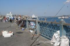 nawet w środku nocy Most Galata jest miejscem spacerów, spotkań i połowów, bo zawsze znajdą się na nim wętkarze, którzy liczą na złowienie ryby życia, choć w ich wiadrach pływają rybki tak drobne, że żal je jeść