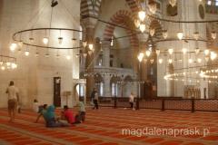 ludzie przychodzą do meczetu by się modlić, ale również by po prostu posiedzieć w chłodzie