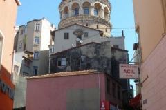 Wieża Galata - z obiektem związana jest pewna historia: Hezarfen Ahmed Celebi żyjący w XVIIw. używając specjalnych skrzydeł z orlimi piórami, przeleciał ze szczytu Wieży Galata przez Bosfor, na azjatycki brzeg. Zadumiony sułtan uznał, że człowiek mający takie umiejętności jest niebezpieczny i wygnał Hezarfena do Algierii, gdzie po latach zmarł. Dzisiaj miasto jest z niego dumne - jego imieniem nazwano jedno z czterech stambulskich lotnisk