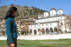 cerkiew św. Mikołaja położona jest nad rzeką u podnóża wzgórza Isar