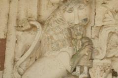 żarłoczny lew na ścianach monastyru