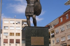 pomnik walecznego Aleksandra Wielkiego na głównym placu miasteczka