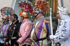 przebierańcy w kolorowych strojach