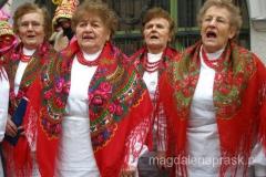 ludowy chórek w tradycyjnych strojach