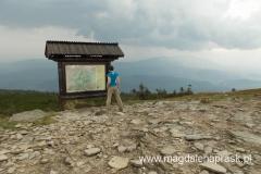pierwsza kulminacja Pilska, to jeszcze nie szczyt - tu przebiega granica polsko-słowacka, na horyzoncie widoczna Babia Góra